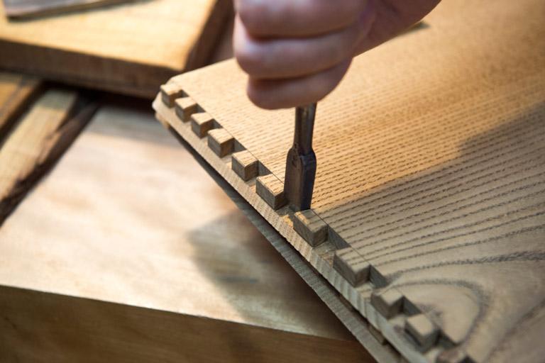 ほぞ切りと呼ばれる江戸指物特有の工程。