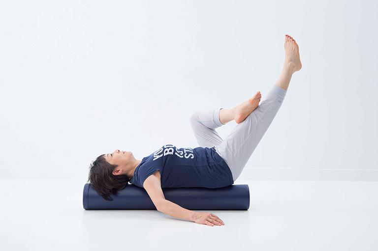 ストレッチポールの上で脚を上げたり下げたり。これができるのは、体幹が鍛えられている証拠。