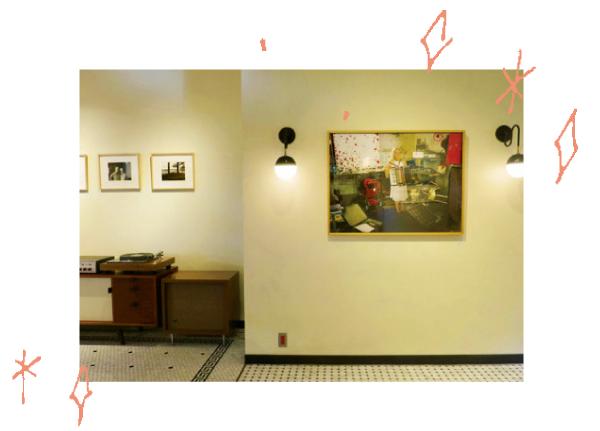 ギャラリーとして使われることは珍しい店内。特別にパーテーションを作り、作品はテーマごとに展示。工芸作家の柚木沙弥郎や陶芸家のリサ・ラーソンをはじめ、ギリシャやペルーの写真など、約60作品に厳選した。15年以上にわたり撮り続けた世界が広がっている。