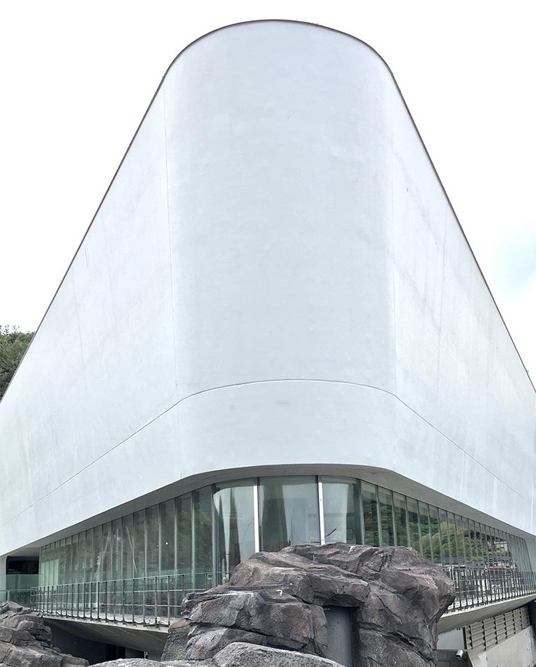 """岬に建つクラゲの楽園〈鶴岡市立加茂水族館〉。外観の曲面は""""波間に漂うクラゲ""""をイメージしているそう。"""
