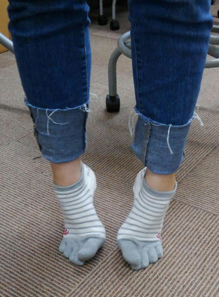 足裏の筋肉をほぐす運動。踵を上げて、足の親指も上げます。この姿勢でもキツイのに、このままジャンプを10回。足がつります。