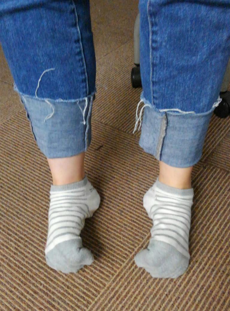 その後、足をグーに丸めて収縮させます。伸展と屈曲のコンビ運動で足を緩めます。