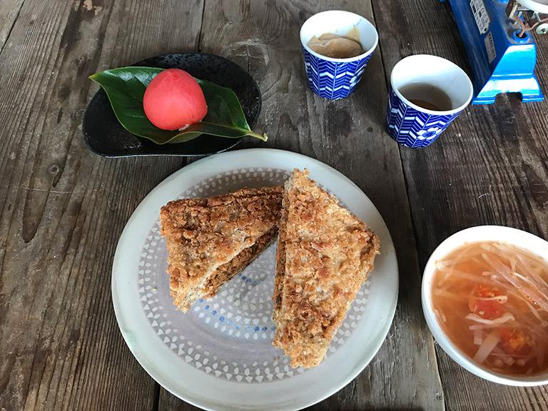 体験にうかがった日のメニューは、カレーパンを中心に、野菜とえのきのスープ、トマトサラダ、きな粉のフロマージュ。