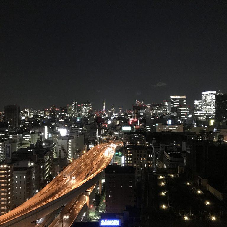 夜の高速道路の向こうに東京タワーという、雰囲気たっぷりな〈ロイヤルパークホテル〉エグゼクティブラウンジの夜景がこちら。