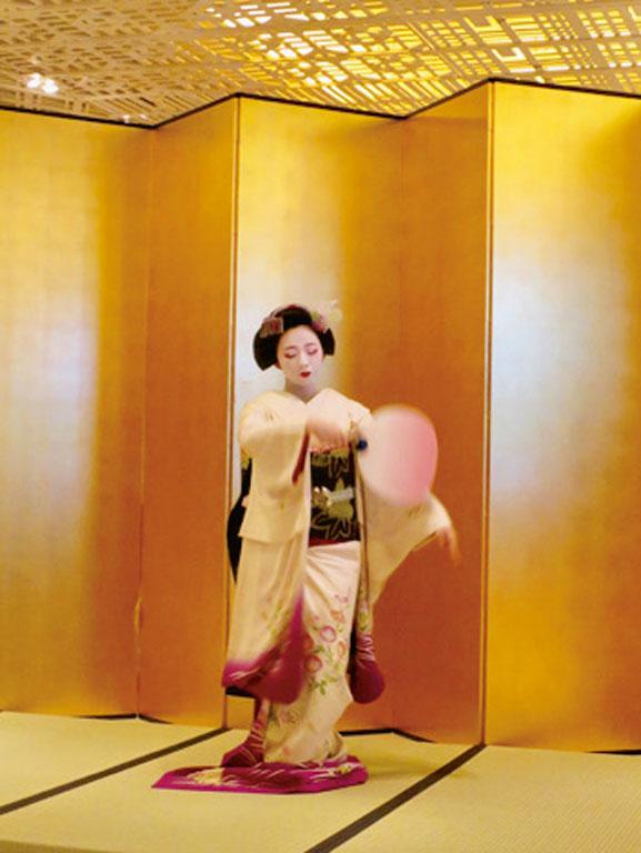 この晩の舞妓さんはとし桃さん。可憐な舞にうっとり。