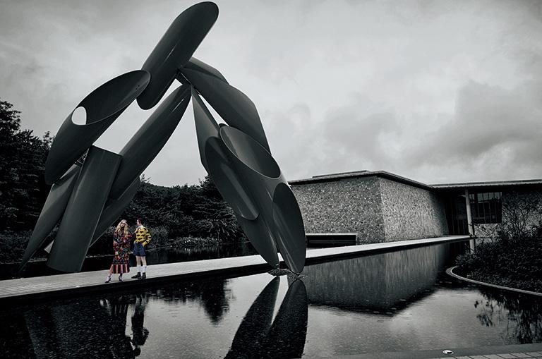本館前の水庭。『VOGUE』のADとしても活躍したアレクサンダー・リーバーマンの巨大な彫刻が出迎える。