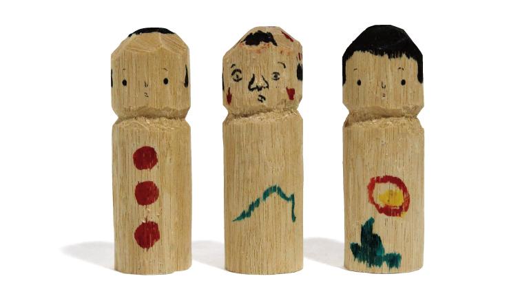 鉈彫りこけし各1,400円(橋本恒平 kodobira@gmail.com)。中央の表情が異なる作品は、4代目の橋本さんによる創作絵柄。