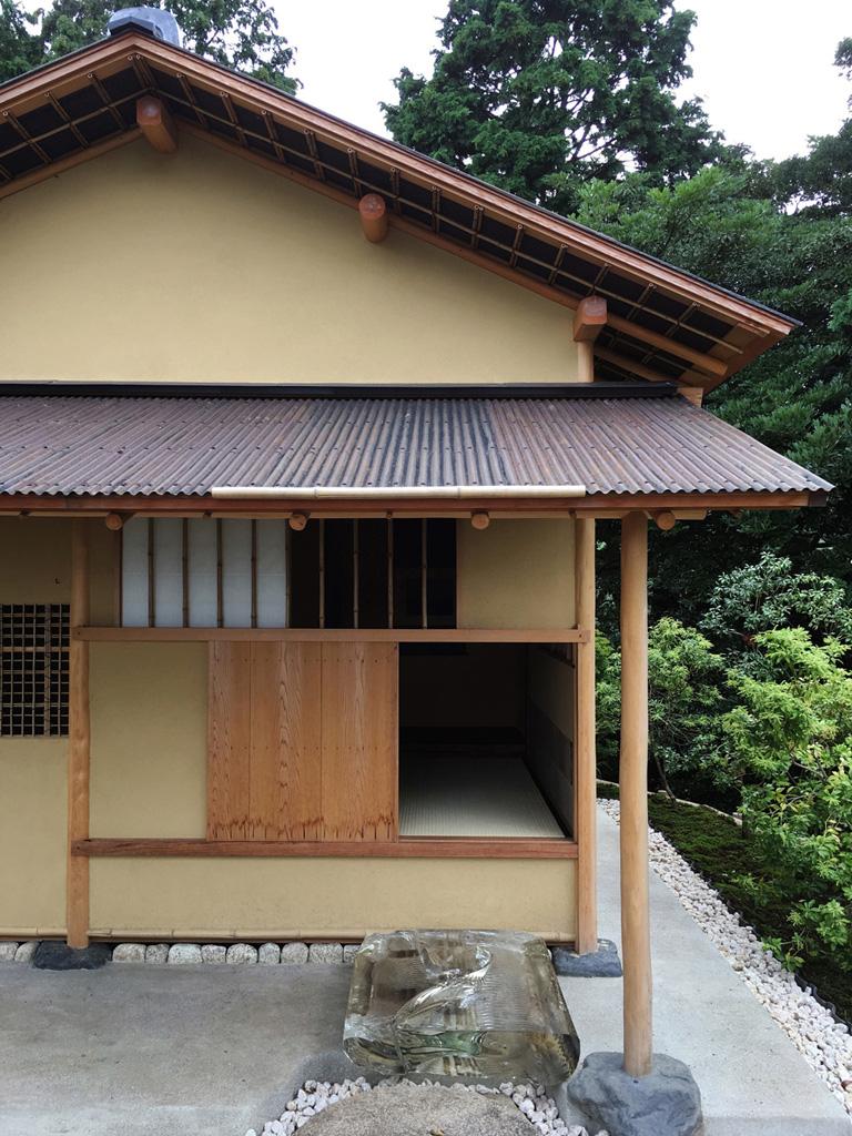 〈江之浦測候所〉に設置された茶室〈雨聴天〉は千利休〈待庵〉の平面図を寸分違わず写したもの。