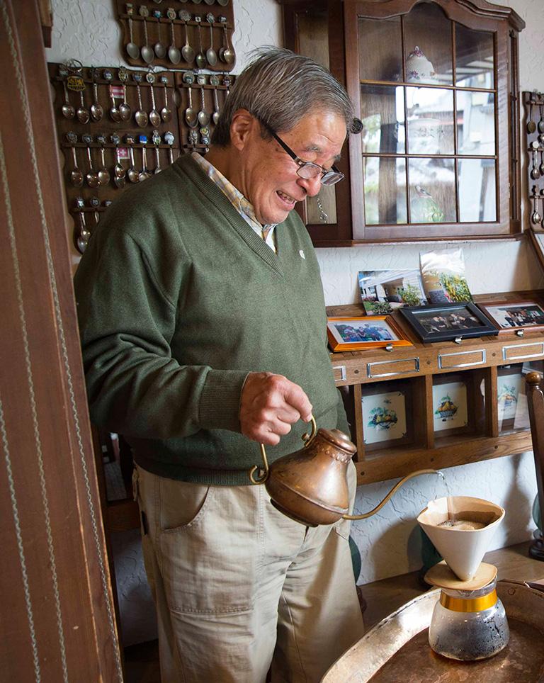 自らコーヒーを淹れてくれる二宮さん。後ろの壁にあるのが各国で集めたスプーンのコレクション。