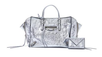 〈バレンシアガ〉のメタリックなバッグとウォレットほか3点を紹介。