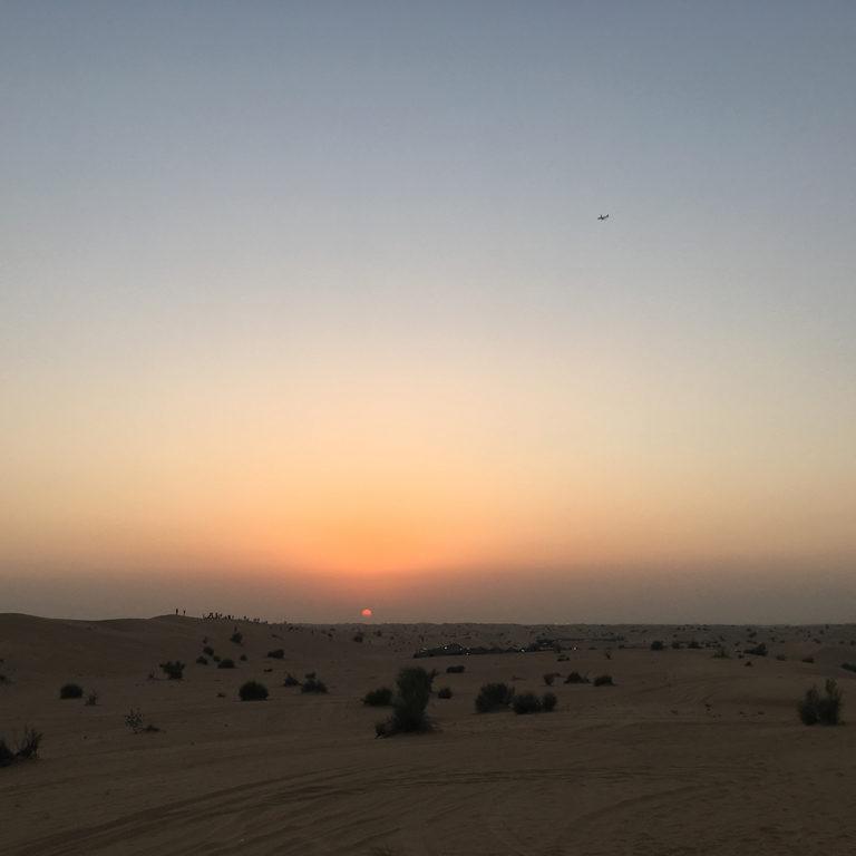 砂漠の夕暮れ時の美しい風景。ここで撮影した滝沢さんのポートレートはHanako 1148号(12/28発売)に掲載されます。