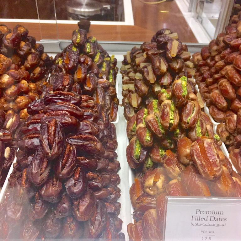 ドバイで出合ったおいしいデーツ屋さん『Bateel』。美容食ともいわれるデーツは栄養価が高くて現地でも大人気。マカダミアナッツ入りが最高に美味しかったです!