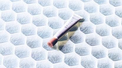 漢方の考え方をベースにした年齢肌の悩みに応えてくれるクリームと、ナチュラル&オーガニックブランドのメイクアップ製品のご紹介。 & Beauty  キレイの理屈  No.53