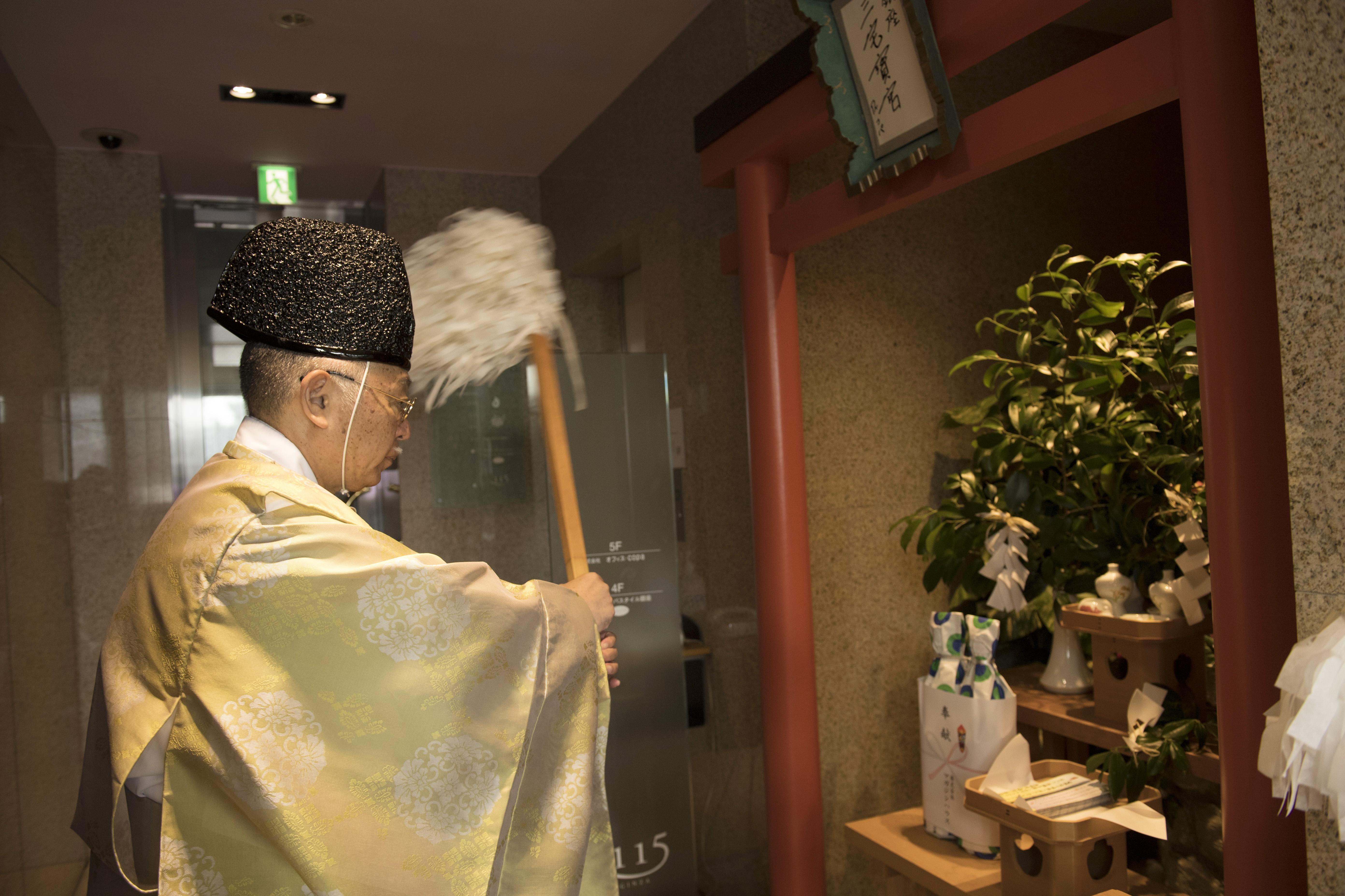 装束に身を包んだ神職・コパさんが、祝詞奏上の後、大麻で祓い清めてから祈願。