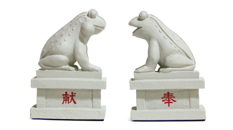 狛蛙(阿吽セット)2,000円(水宮神社☎049・251・7520)。