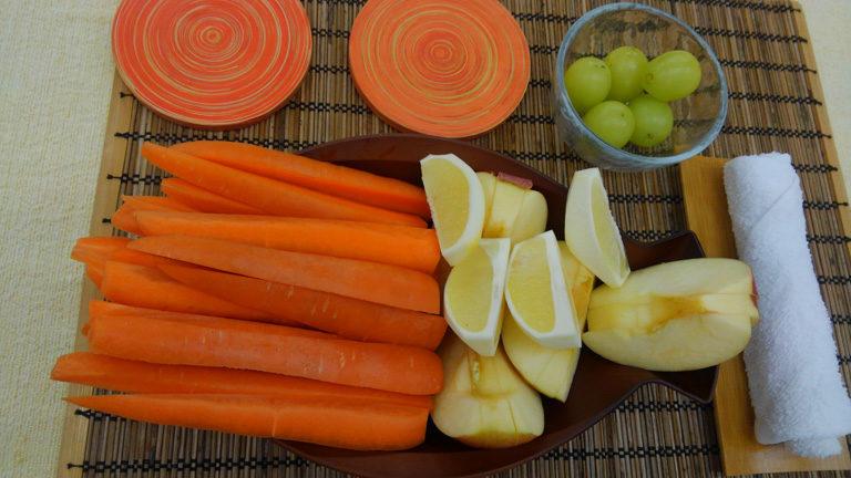 人参3本、りんご1個、レモン1個をスロージューサーで自分でジュースを作ります。