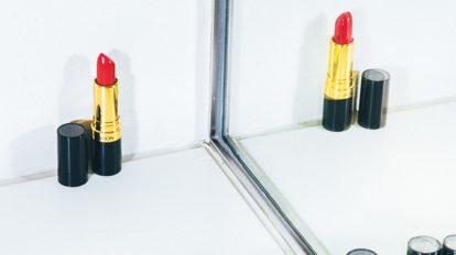 復刻色「ファイアー&アイス」のリップスティックと、ヘルシーな肌色を実現するパウダーファンデーション。 & Beauty  キレイの理屈  No.64