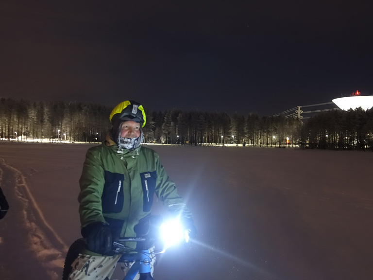 誌面にも登場するマルコさんと、 サウナ前の夜のツーリング。写真はなんと、凍った湖の上。