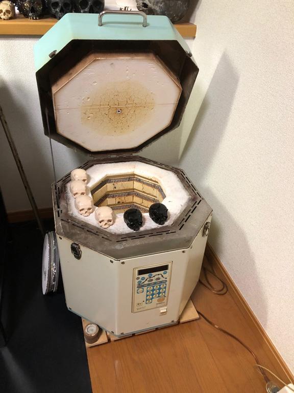 アトリエはマンションの一室にあり、電気釜で作られるという。