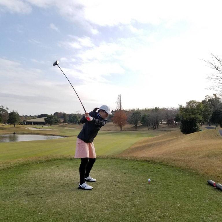 私もたまにゴルフをしますが、必ず筋肉痛になり、腕がだるくなります。ちゃんと準備して、カラダを痛めない様にしたいです。