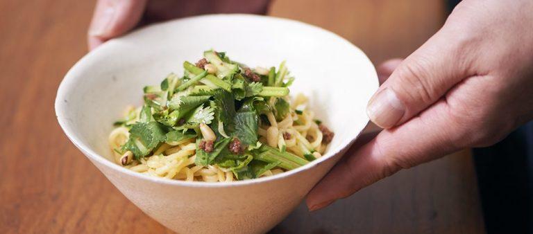 日本の美味しさ簡単レシピ 「イカへしこのオイル漬けとパクチーの黒酢和え麺」