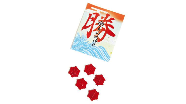 勝御籤。入っているのは写真の5つの縁起物のうち1つのみ。各200円(大山祇神社☎0897・82・0032)。