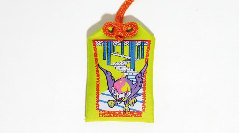 表面は熊野の象徴である八咫烏をイメージした。2,000円(熊野本宮大社☎0735・42・0009)。