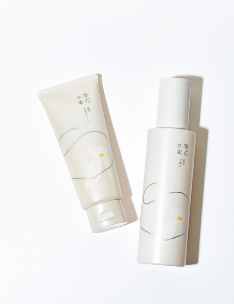 左から、草花木果 薬用洗顔フォーム 90g¥1,800 同 美白化粧水180㎖¥3,800(キナリ☎0120・47・8910)