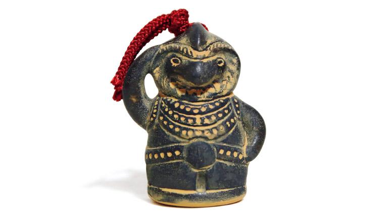 御神像土鈴1,000円(等彌神社☎0744・42・3377)。ほかにも、御神像を模した手ぬぐいなどもある。