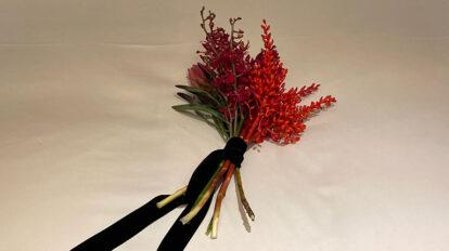 ふたりだけの妖しい夜を演出する、赤い花束。グラビアの随所でキーポイントに。