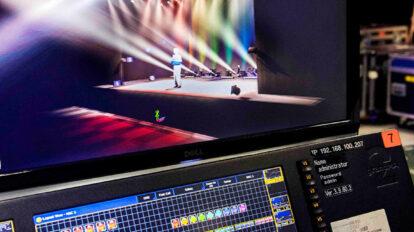 実際と同じステージセットと照明を3Dで再現した映像をモニターで確認しながらプログラミングしていく。